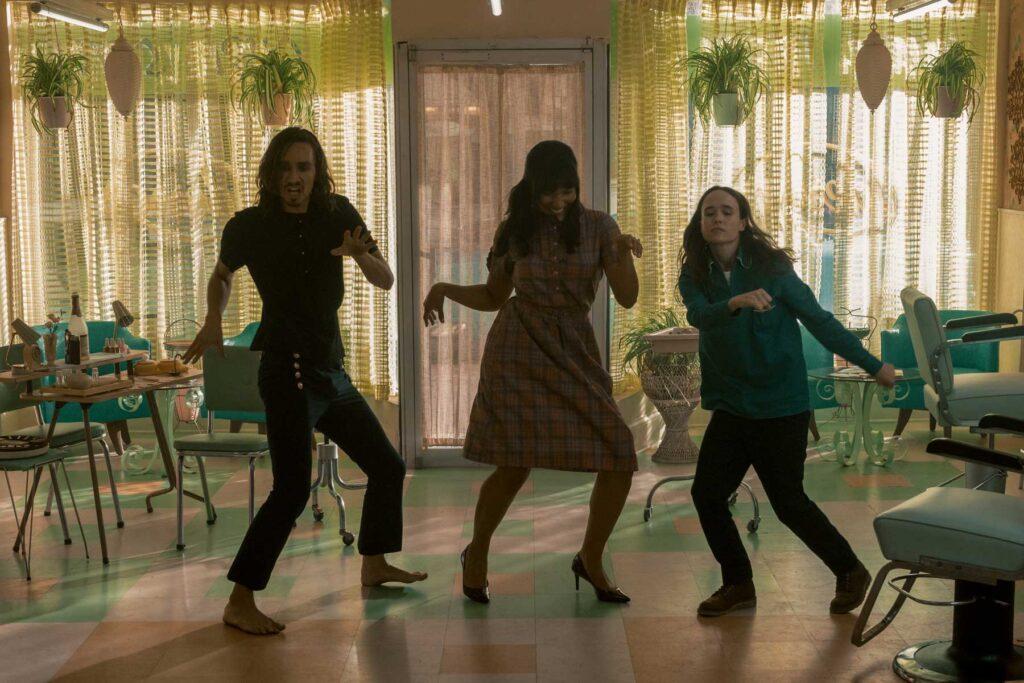 Klaus, Allison e Vanya entre um apocalipse e outro em The Umbrella Academy.